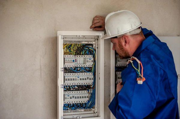 Pogotowie elektryczne – wymiana spalonych bezpieczników